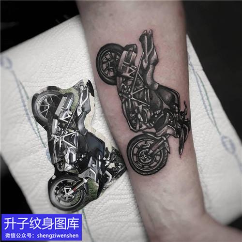 大臂内侧黑灰摩托车纹身图案