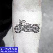 手臂内侧欧美黑灰机车纹身图案