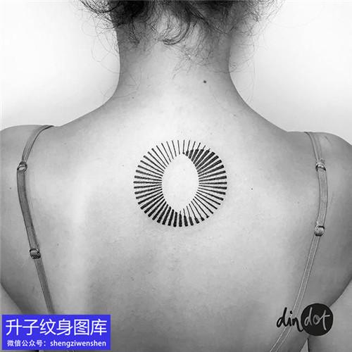 美女后背几何圆形纹身图案