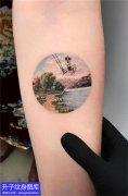 手臂内侧彩色圆形风景纹身图案