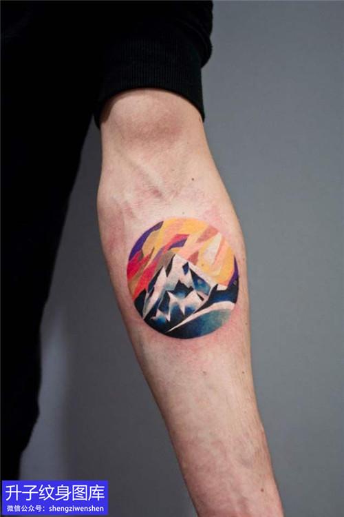 手臂内侧彩色山石纹身图案