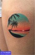 大腿彩色椰树与沙滩纹身图案
