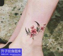 永川的脚踝月亮与植物花纹身图案