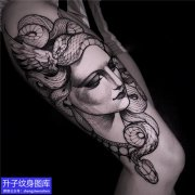 大腿外侧暗黑美女与蛇纹身图案