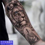 手臂黑灰写实狮子与钟表纹身图案