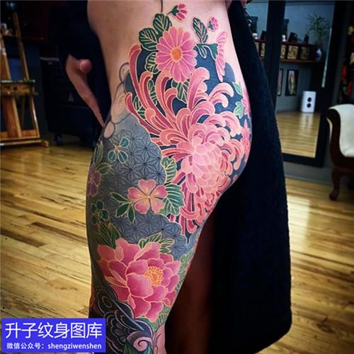 美女大腿彩色菊花纹身图案