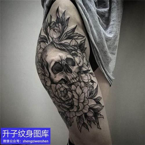 大腿外侧素花与骷髅头纹身图案