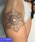 美女大腿外侧梵花纹身图案