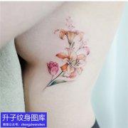 美女侧腰彩色百合花纹身图案
