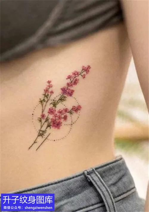 美女侧腰彩色植物花纹身图案