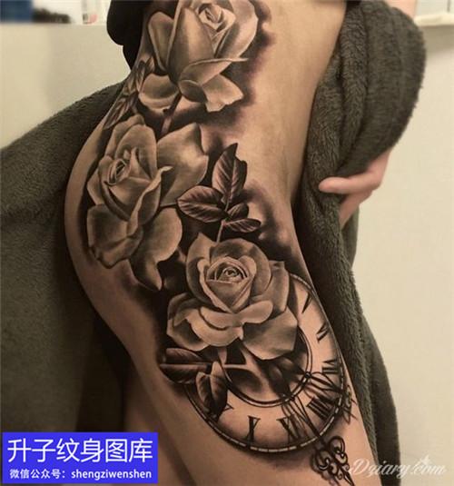 大腿外侧玫瑰花与钟表纹身图案