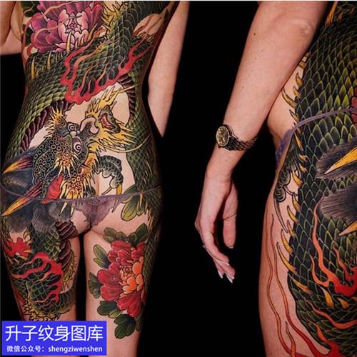 满背彩色龙牡丹花纹身图案