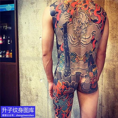 满老传统背纹身