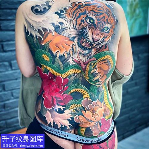 满背老虎与蛇牡丹花纹身