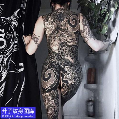 美女黑灰满背老虎纹身图案
