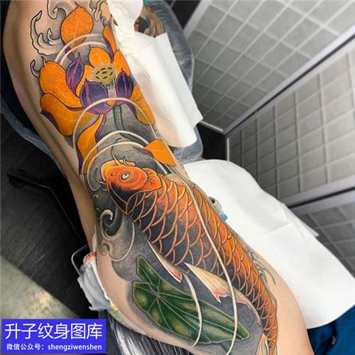 侧腰鲤鱼荷花纹身图案