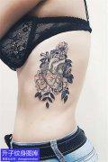 美女侧腰素花与心脏纹身图案
