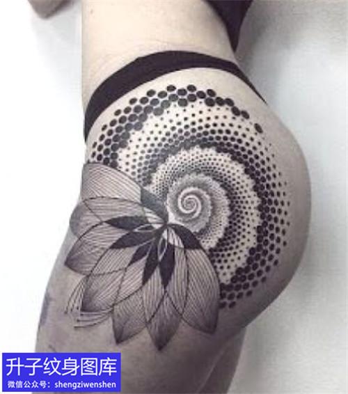 美女大腿外侧抽象纹身图案