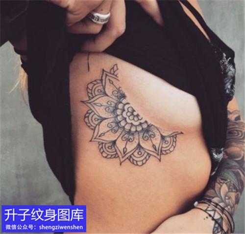 江北胸侧梵花纹身图案