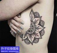 美女胸侧梵花纹身图案