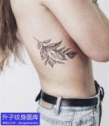 女性侧腰纹身图案