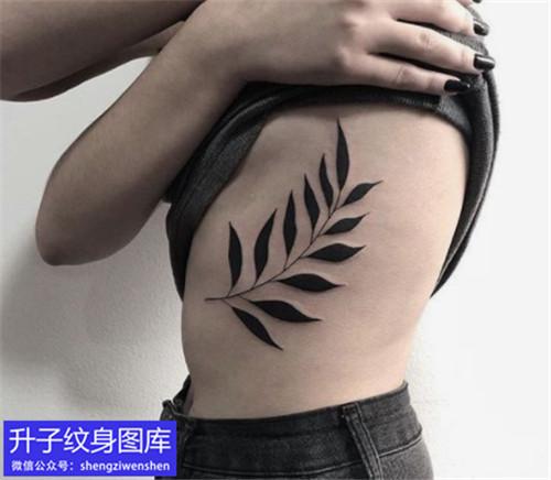 侧腰抽象树叶图腾纹身图案