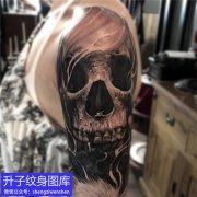 大臂外侧欧美写实骷髅头纹身图案