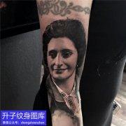 手臂黑灰写实肖像纹身图案
