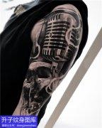 大臂写实骷髅头与麦克风纹身图案