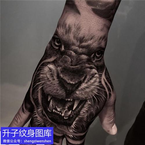 手背写实狮子纹身图案