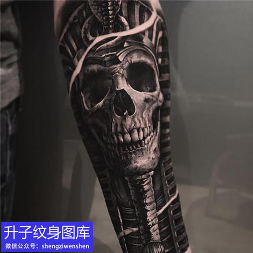手臂黑灰写实骷髅纹身图案