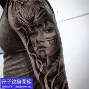 手臂黑灰肖像纹身图案