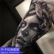 黑灰写实美杜莎纹身图案